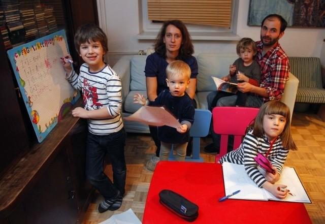 Monika i Piotr chcą, aby ich dzieci uczyły się w publicznej szkole katolickiej.