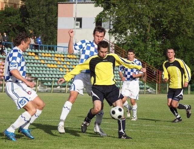 Robert Gajda (przy piłce) zagra dziś w ataku w parze z Łukaszem Woźniakiem. Razem starać się będą rozmontować defensywę Miedzi Legnica.