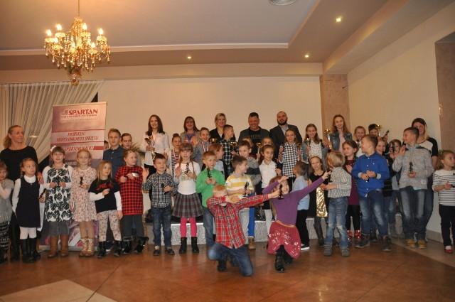 Nagrodzeni skarżyscy karatecy wraz z trenerami oraz sponsorami podczas wigilijnego spotkania.