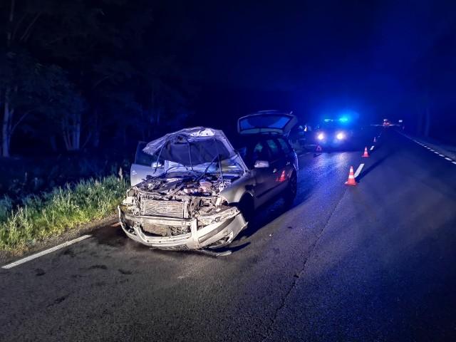 Auto zostało rozbite, na szczęście kierowca wyszedł cało z opresji