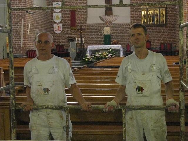Maciej Paluszkiewicz (z lewej) pracował już przy remontach kilkudziesięciu kościołów w Polsce. - Ten w Strzelcach jest naprawdę piękny - mówi. Leszek Nowakowski ma trochę mniejsze doświadczenie, bo na jego koncie jest na razie kilka świątyń.