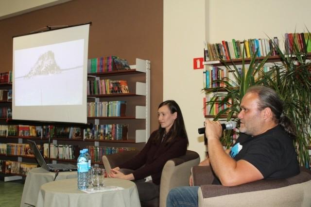 Daria i Krzysztof Nowakowscy  w  tucholskiej bibliotece opowiedzieli o swojej pasji i dalekich wyprawach. Aby było lepsze  wyobrażenie, całość była okraszona slajdami.