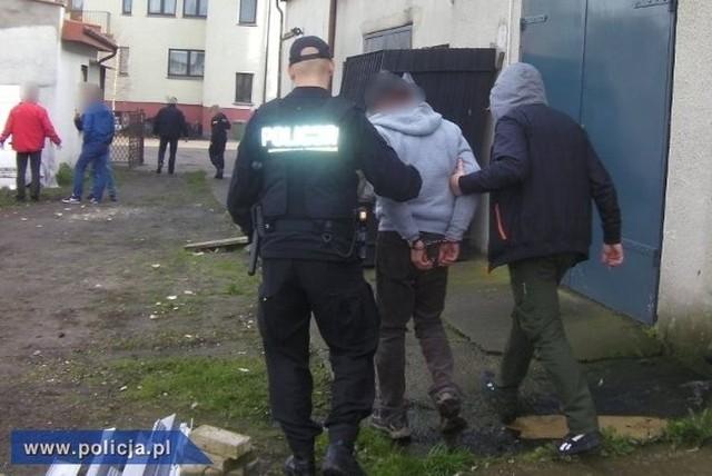 Obecnie policjanci sprawdzają, czy rozbita grupa może mieć na swoim koncie inne podobne przestępstwa.