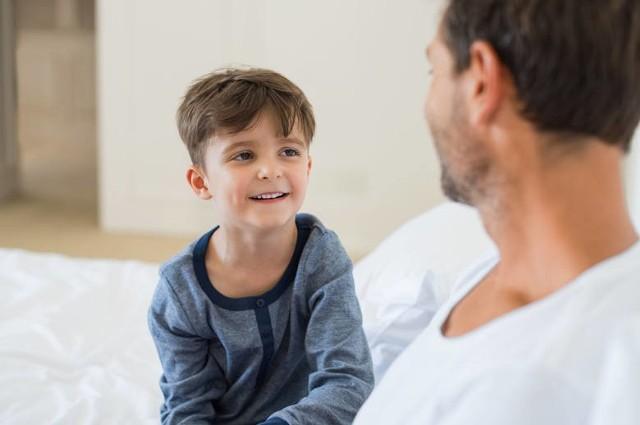 """Do dzieci należy mówić obrazowo, za pomocą metafor, a najlepiej eksperymentów. Zróbmy eksperyment z mydłem i brokatem/pieprzem, które wysypane na talerz """"uciekają"""" od mydła"""