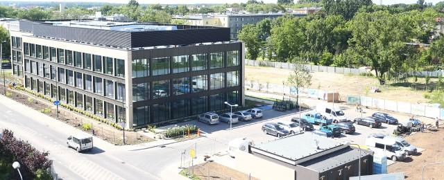Pierwszy z budynków Office ParkuPięknie prezentuje się pierwszy z budynków Office Parku przy Galerii Słonecznej. Trwa nabór najemców.