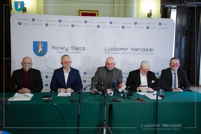 """Prezydent Ludomir Handzel (drugi z lewej) uważa, że grupa radnych """"chce wykończyć miejskie spółki"""""""