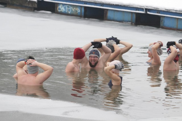 Morsowanie w Gliwicach Czechowciach. Morsy wskoczyły do mroźnej wody.Zobacz kolejne zdjęcia. Przesuń zdjęcia w prawo. Wciśnij strzałkę lub przycisk NASTĘPNE