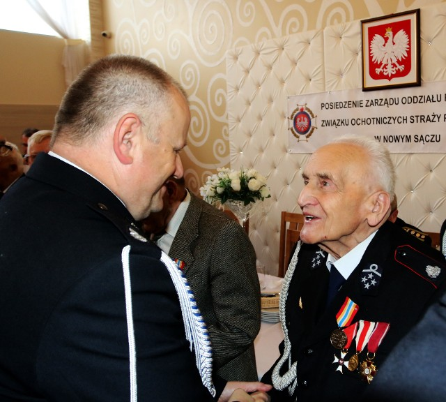 Odznaką Honorową Zasłużony dla Pożarnictwa Ziemi Sądeckiej udekorowany został m.in. mający 94 lata druh Antoni Frączek z miejscowości Zabrzeż w gminie Łącko