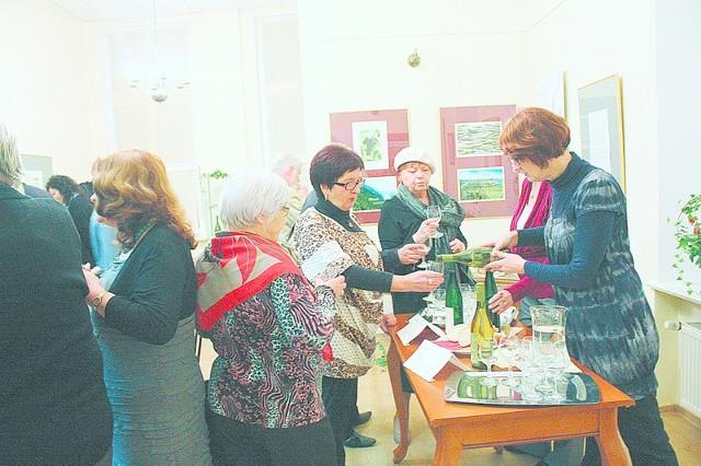 Podczas otwarcia wystawy nie zabrakło okazji, by spróbować białych i czerwonych win znad Renu.