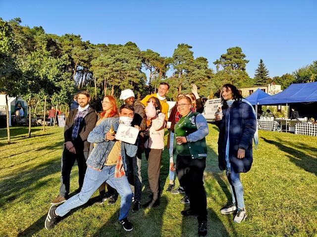 Aby ułatwić i umilić pobyt i studiowanie cudzoziemców w mieście, poznańskie uczelnie przygotowały szereg udogodnień i atrakcji. Sprawdziliśmy Uniwersytet im. Adama Mickiewicza, Uniwersytet Ekonomiczny, Uniwersytet Przyrodniczy, Uniwersytet Medyczny i Uniwersytet Artystyczny. Sprawdź na co mogą liczyć studenci zza granicy  --->>>