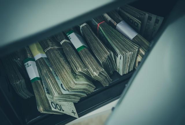 """Emerytury i renty (wypłacane obecnym emerytom) pochodzą z pieniędzy, które ZUS """"odbiera"""" ludziom pracującym."""