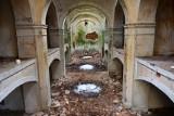 W mauzoleum w Dankowie kiedyś chowano ludzi. Po wojnie piękna budowla zaczęła popadać w ruinę