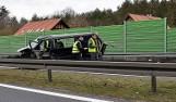 Poważny wypadek między Stargardem a Szczecinem. Bus wjechał w bariery. Są ranni