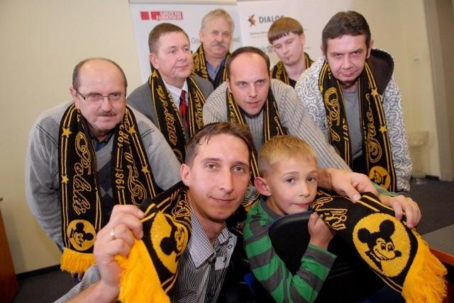Najlepsi typerzy Żużlowego Konkursu Sezonu 2011 podczas spotkania, na którym odebrali nagrody. Z lewej zwycięzca Jan Milewski z Zielonej Góry.
