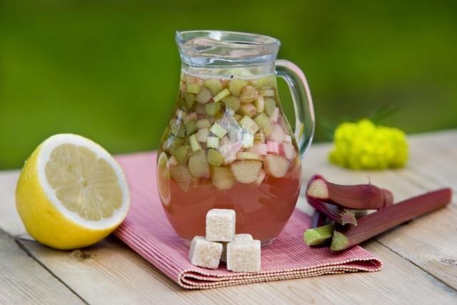 Kompot z rabarbaruRabarbar jest smaczny i zdrowy, dlatego często spotyka się go w letnich daniach.