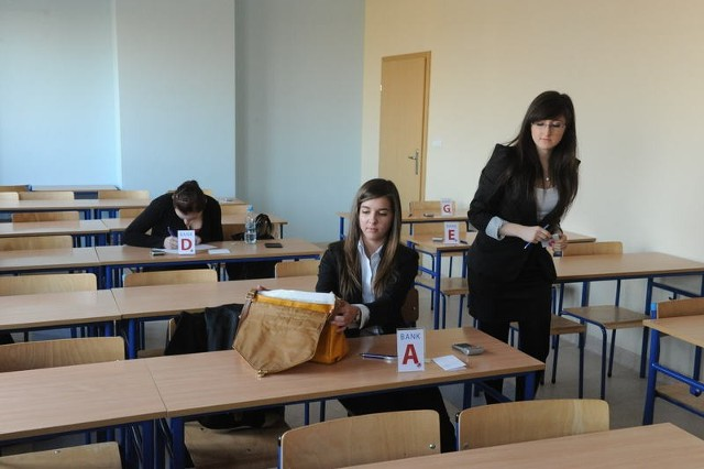 Jedną z uczestniczek finału była Katarzyna Matuszek z II LO (w środku). Ona również musiała wcielić się w rolę menedżera banku.