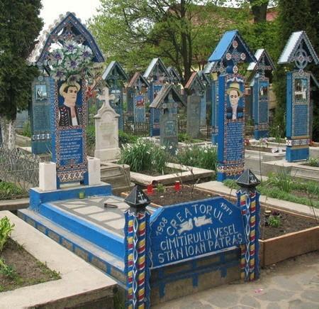 Cmentarz to unikatowy zbiór dziel sztuki ludowej. Krzyze są wykonane z debiny malowanej na niebiesko, co wyraza nadzieje i wolnośc.