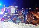 Wypadek w Chlewicach na DK 78. Rozpędzony kierowca wypadł z drogi i dachował. Uderzył w przepus