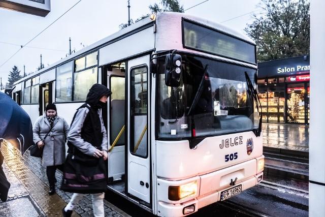Od 26 października do 3 listopada obowiązują zmiany w kursowaniu komunikacji miejskiej w Toruniu. 1 listopada przejazd autobusami i tramwajami będzie bezpłatny
