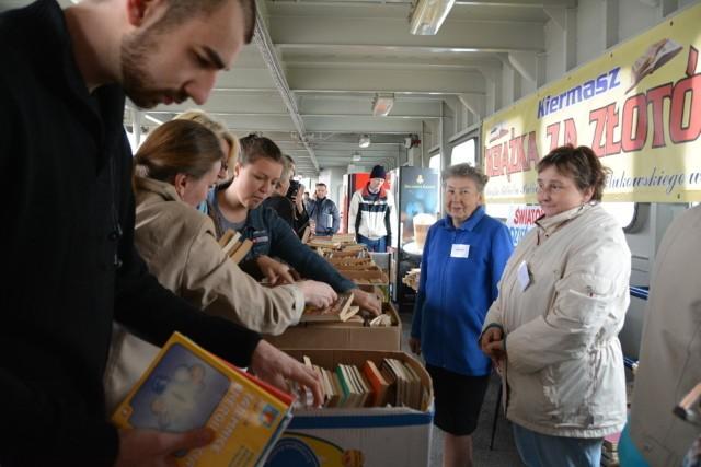 """W środę od 11 do 18 na promie """"Bielik"""" w Świnoujściu sprzedawane były książki ze zbiorów bibliotecznych. Każda w cenie 1 złoty."""