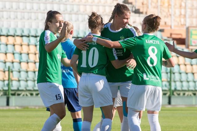 Bramki w niedzielnym meczu strzelały m.in. Sylwia Matysik (pierwsza z lewej), Emilia Zdunek i Ewelina Kamczyk (cztery)