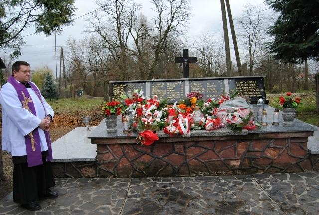 Proboszcz Kurzelowa ksiądz Jacek Bonio modlił się przy mogile pomordowanych mieszkańców w czasie II wojny światowej.