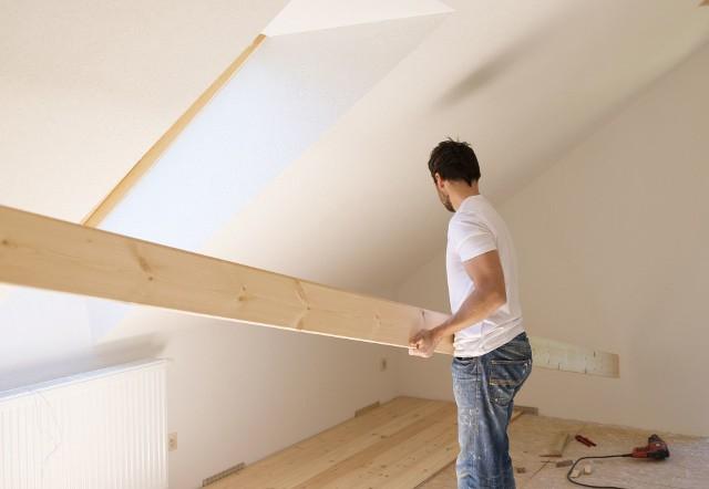 budowa domuMimo rosnących kosztów budowy Polacy wciąż chętnie stawiają domy jednorodzinne.