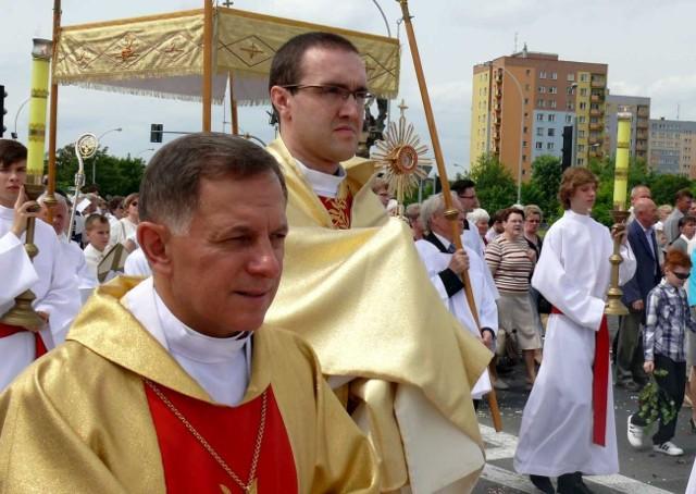 Rok 2013, arcybiskup Mieczysław Mokrzycki w procesji Bożego Ciała przy niesionej relikwii Jana Pawła II