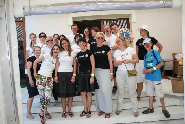 Członkinie LC New Design oraz wolontariusze fundacji Dr Clown na chwilę przed rozpoczęciem pikniku.