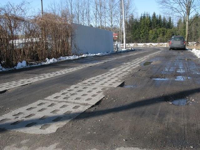 Ulica Tartaczna będzie miała nawierzchnię betonową. Teraz są płyty jumbo.