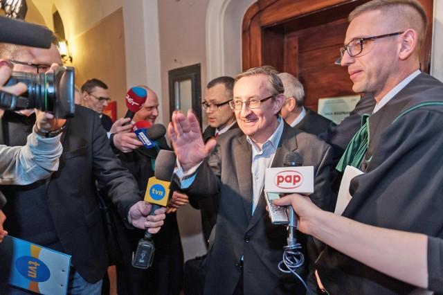 Poznański wydział Prokuratury Krajowej zarzuca Piniorowi przyjęcie 46 tys. zł łapówki i płatną protekcję