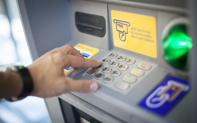 Problemy z dostępem do konta. Duże banki ogłaszają, że w weekend (7-9 sierpnia) klienci mogą mieć problemy z płatnościami kartą lub wypłatami środków z bankomatów oraz dostępem do bankowości internetowej i mobilnej.Utrudnienia i przerwy techniczne w bankach mają związek z pracami technicznymi, które zaplanowano na nadchodzący weekend.Klienci kilku dużych banków mogą mieć problemy z płatnościami kartą lub wypłatami środków z bankomatów.Czy Twój bank jest na liście? Jakich utrudnień można się spodziewać? Sprawdź na kolejnych slajdach >>>