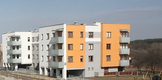 Blok mieszkalny w BiałymstokuMieszkanie na sprzedaż znajduje się w budynku widocznym na zdjęciu.
