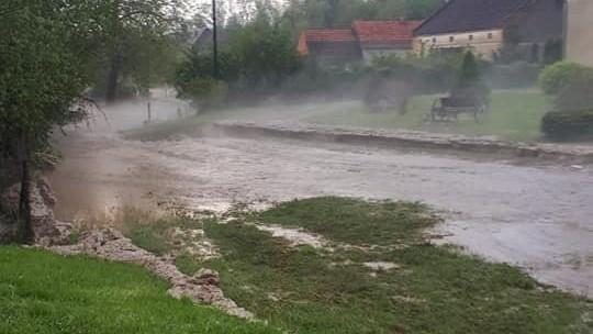 Burze nad Opolszczyzną. Ulewa w kilkanaście minut zalała miejscowość w gminie Kamiennik. Pod Opolem od uderzenia pioruna zapalił się dach