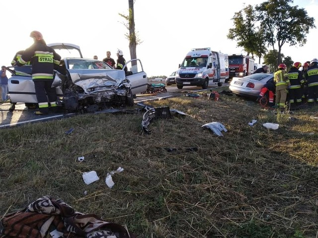 Osiem osób, w tym dwoje małych dzieci zostało poszkodowanych w wypadku, do którego doszło w Kotomierzu pod Bydgoszczą. W piątek (9 sierpnia) około godz. 19.00 na drodze krajowej nr 56 w Kotomierzu pod Bydgoszczą zderzyły się dwa samochody osobowe - audi A4 i opel vectra. Poszkodowanych zostało osiem osób, w tym dwoje około 1,5 rocznych dzieci. Konieczne było przybycie helikoptera LPR.Czytaj więcej: Poważny wypadek w Kotomierzu pod Bydgoszczą. 8 osób poszkodowanych, w tym dzieci!W pojazdach były uwięzione dwie osoby. Strażacy musieli użyć sprzętu hydraulicznego, by uwolnić poszkodowanych. Na miejscu oprócz policji i pogotowia, pracowało pięć zastępów straży pożarnej.Dokładne okoliczności tego zdarzenia ustala policja.