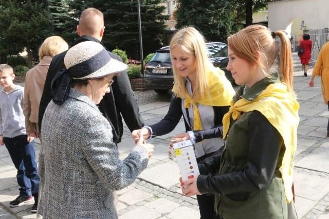 Agnieszka Starczewska i Katarzyna Dębska kwestowały przed katedrą opolską.