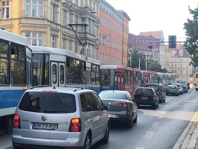 Koparka zerwała trakcję na ulicy Grodzkiej. Spore utrudnienia w ruchu MPK