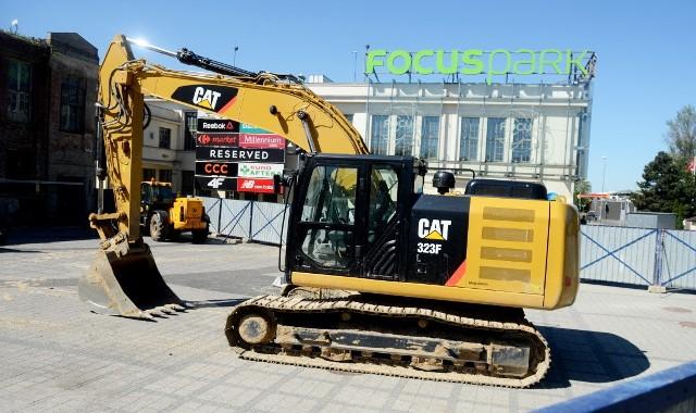 W poniedziałek, 7 maja, został zamknięty wjazd na parking przy galerii Focus Mall od ul. Wrocławskiej. Wcześniej ściągnięto plandeki ze starych, pofabrycznych budynków. To znak, że rozpoczyna się przebudowa zielonogórskiej galerii handlowej. Focus Mall ma powiększyć się o 15 tysięcy metrów kwadratowych. Będą nowe sklepy i co najważniejsze przybędzie miejsc parkingowych. Planuje się ich 1.300. Prace mają zakończyć się do lutego 2020 roku.Galeria Focus Mall powstała w budynkach po olbrzymiej fabryce włókienniczej Polska Wełna. Została oddana do użytku w 2008 roku. Wtedy jednak nie zagospodarowano wszystkich obiektów. Część z nich do tej pory stała pusta, a ich ściany były ukryte pod plandekami. Czytaj też: Stara część galerii Focus Mall została odsłonięta. Czas na rozbudowę? [ZDJĘCIA]