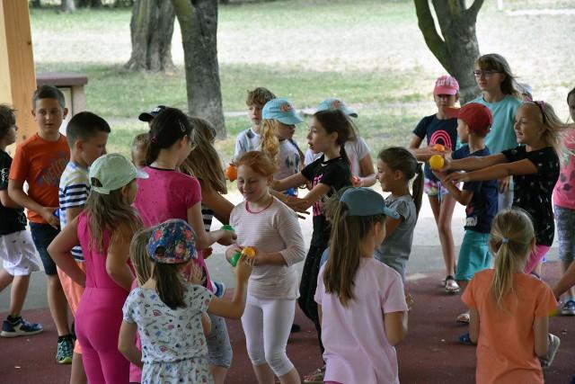 Letnie półkolonie nie tracą na popularności, bo gdy rodzice pracują, dzieci przez kilka godzin mają zapewnioną opiekę i rozrywkę