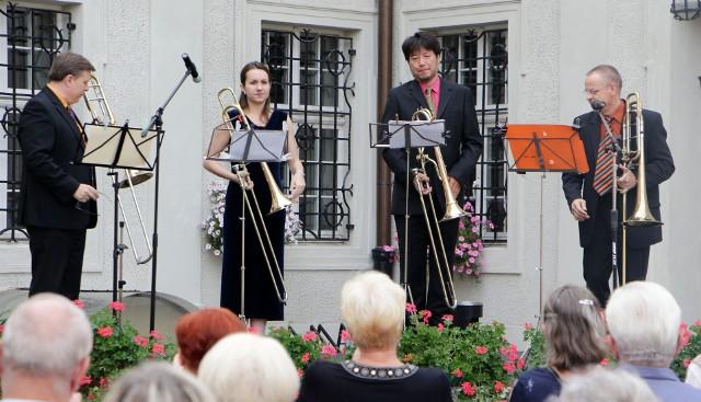 Na dziedzińcu grudziądzkiego muzeum odbył się koncert kwartetu puzonowego HIBIKI Trombones. Zespół wykonuje utwory okresu wczesnego renesansu, baroku, klasycyzmu, muzyki romantycznej, impresjonistycznej i XX wieku. Pospieszny do Kultury - odcinek 12