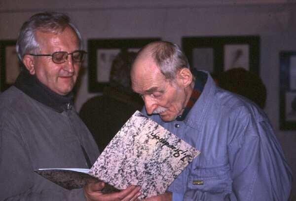 Jerzy Srzednicki rozdaje autografy podczas wernisażu.