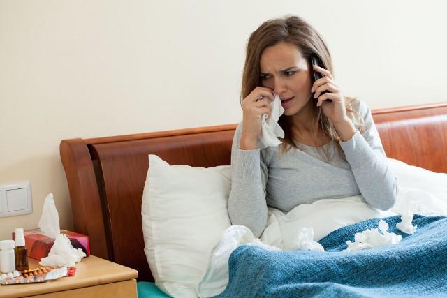 Domowe leczenie COVID-19 jest podobne, jak w przypadku innych schorzeń infekcyjnych dróg oddechowych. Stan chorego powinien być stale monitorowany, ponieważ może w każdej chwili się pogorszyć