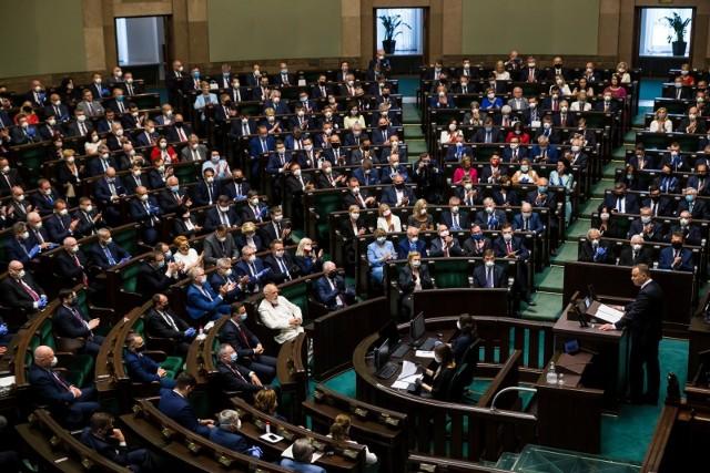 Podwyżki dla polityków. Opolscy posłowie tłumaczą się z tego, jak głosowali.
