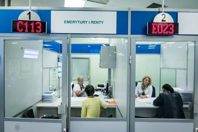 """W tym roku emeryci otrzymają """"czternastkę"""", a w przyszłym czeka na nich tradycyjna """"trzynastka"""". W 2022 roku rząd zapowiada waloryzację, a to oznacza, że świadczenia emerytów będą wyższe. O ile wzrosną emerytury? Na jakie kwoty mogą liczyć polscy seniorzy?Wiosną emeryci otrzymali trzynaste emerytury. """"Trzynastka"""" wypłacana jest każdemu emerytowi w tej samej wysokości (a nie na zasadzie """"złotówka za złotówkę""""). Świadczenie stanowi równowartość minimalnej emerytury i jest wypłacane co roku. Z kolei jesienią seniorzy mogą liczyć na kolejny przypływ gotówki, jakim będzie czternasta emerytura. Ustawa z 21 stycznia 2021 roku zakłada, że dodatkowa czternasta emerytura będzie przysługiwała osobom, które na 31 października 2021 roku będą miały prawo do jednego ze świadczeń długoterminowych wymienionych w ustawie, m.in.:-emerytury,-renty,-renty socjalnej,-świadczenia przedemerytalnego.Czytaj dalej. Przesuwaj zdjęcia w prawo - naciśnij strzałkę lub przycisk NASTĘPNE"""
