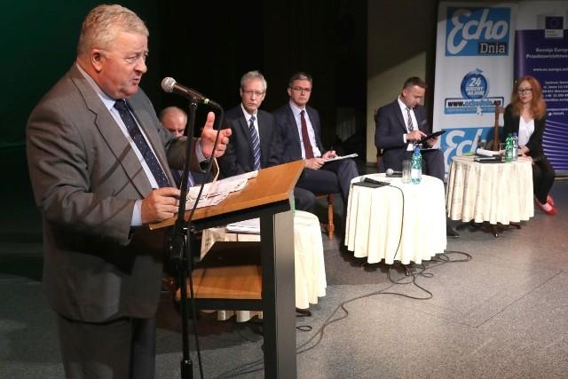 Europoseł Czesław Siekierski, prezes Świętokrzyskiej Izby Rolniczej Ryszard Ciźla, analityk Edmund Giejbowicz, marszałek Adam Jarubas i poseł Michał Cieślak.