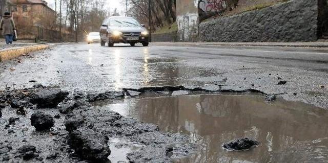 Największe dziury powstają tam, gdzie asfalt jest położony na kostce brukowej, np. na ul. Walczaka