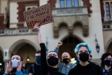 """Kraków. Manifestacja na Rynku Głównym. """"Prawo nie chroni skrzywdzonych kobiet"""" [ZDJĘCIA]"""