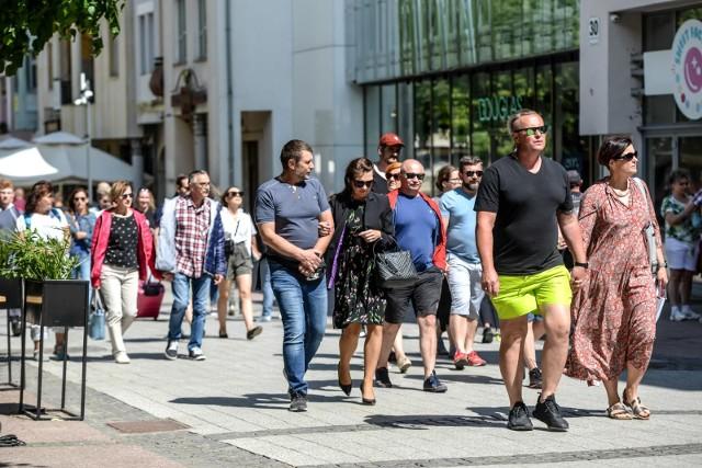 ekspert zwraca uwagę, że znoszenie kolejnych obostrzeń zachęciło Polaków do większej aktywności poza domem.
