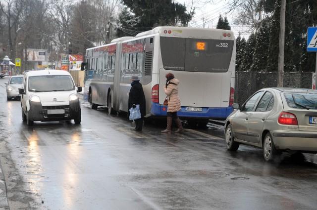 Piesi często wyglądają tutaj w połowie przejścia zza autobusu