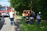 Wypadek w Lęborku 23.06.2020. Bus z 5 mężczyznami uderzył w drzewo na dk. nr 6. Jednego z rannych zabrał śmigłowiec LPR